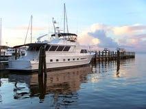 Yacht all'alba al bacino Fotografie Stock