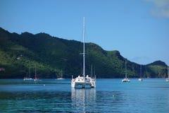 Yacht all'ancora nei tropici Fotografia Stock