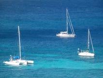 Yacht all'ancora nella baia di Ministero della marina Immagini Stock