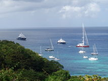 Yacht all'ancora nella baia di Ministero della marina Fotografia Stock