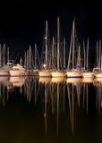 Yacht alla notte fotografie stock