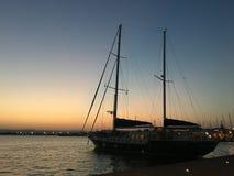 Yacht alla vista di tramonto in Sicilia fotografie stock