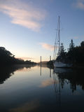 Yacht amarré sur l'admission de Kerikeri, Nouvelle-Zélande, NZ, à l'aube Photo libre de droits