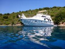 Yacht ancorato fuori dalla costa dell'isola di Ithaca, spiaggia isolata, mare ionico, Grecia fotografie stock
