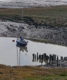 Yacht ancré sur des mudflats photographie stock