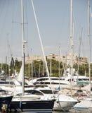 Yacht Antibes Francia Riviera francese con castl Immagini Stock Libere da Diritti