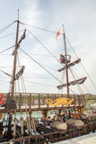 Yacht antico stilizzato di turismo sul nuovo pilastro Sarafovo nel bulgaro Bourgas Fotografia Stock Libera da Diritti
