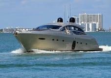 Yacht argenté lisse de moteur images libres de droits