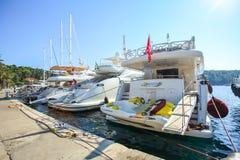 Yacht attraccati alla spiaggia in Cavtat Fotografie Stock