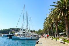 Yacht attraccati alla spiaggia in Cavtat Immagine Stock
