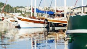 Yacht attraccati nella baia archivi video