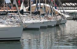 Yacht attraccati in un porticciolo Immagini Stock
