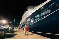 Yacht attraccato facente un giro turistico della gente in Rovigno Immagine Stock