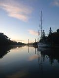 Yacht attraccato sull'entrata di Kerikeri, Nuova Zelanda, NZ, all'alba fotografia stock libera da diritti