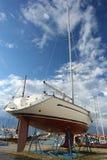 Yacht au chantier naval image stock