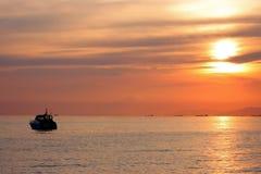 Yacht au coucher du soleil Images stock