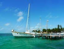Yacht au matoir de Caye, Belize Images stock