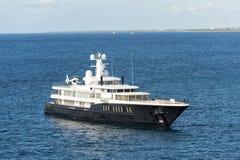 Yacht auf blauem Wasser Stockbild
