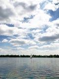Yacht auf dem Fluss Stockfoto