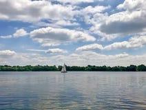 Yacht auf dem Fluss Stockbilder