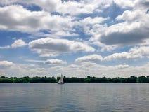 Yacht auf dem Fluss Lizenzfreies Stockbild