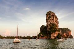 Yacht auf dem Inselhintergrund Stockbild