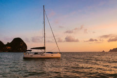 Yacht auf dem Inselhintergrund Stockbilder