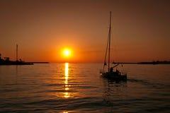 Yacht auf dem Meer im Sonnenuntergang in Krim Lizenzfreie Stockfotografie
