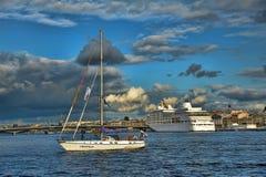 Yacht auf dem Neva Lizenzfreies Stockfoto
