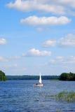 Yacht auf dem See Stockbilder