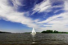 Yacht auf dem See Lizenzfreies Stockfoto