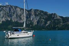 Yacht auf dem See Lizenzfreie Stockfotografie