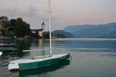 Yacht auf dem Ufer von See-St. Wolfgang, Österreich Stockbild