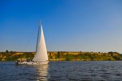 Yacht auf Fluss Lizenzfreie Stockbilder