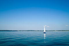 Yacht auf peacefull Meer Stockbild