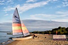 Yacht auf sandigem Strand Lizenzfreies Stockbild