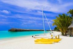 Yacht auf tropischem Strand Stockfoto