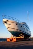Yacht aus dem Wasser heraus Lizenzfreie Stockfotos