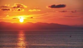 Yacht avec le coucher du soleil d'or Images stock