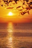 Yacht avec le coucher du soleil d'or Photographie stock libre de droits