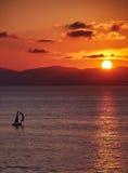 Yacht avec le coucher du soleil d'or Photographie stock