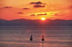 Yacht avec le coucher du soleil d'or Images libres de droits