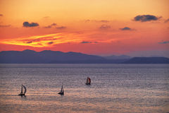 Yacht avec le coucher du soleil d'or Image libre de droits
