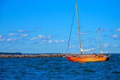 Yacht avec les voiles abaissées photographie stock
