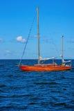 Yacht avec les voiles abaissées images stock