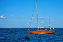 Yacht avec les voiles abaissées photos stock