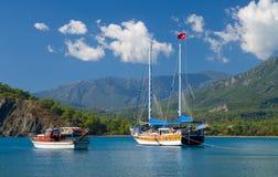 Yacht in baia Fotografia Stock