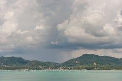 Yacht in baia tropicale Immagine Stock Libera da Diritti