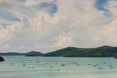 Yacht in baia tropicale Fotografia Stock