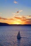 Yacht bei Sonnenuntergang Stockfotos
